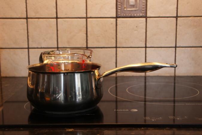Faire fondre la cire de bougie au bain-marie dans un verre doseur Pyrex